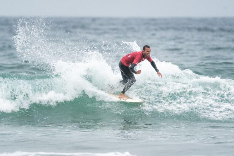 Mike Vaz de Brasil dio una de las mejores presentaciones durante el primer día de competición, ganando el puntaje de ola y total de serie más altos. Foto: ISA / Sean Evans