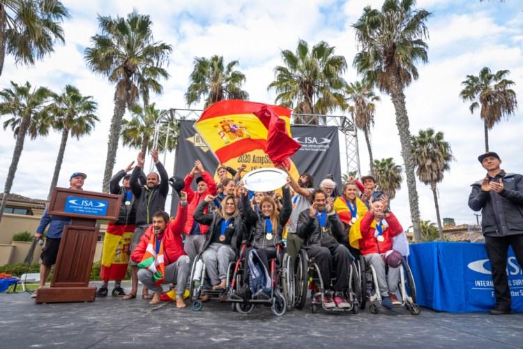 El equipo de España muestra sus históricas Medallas de Oro por Equipos en el escenario de la Ceremonia de Clausura. Foto: ISA / Sean Evans