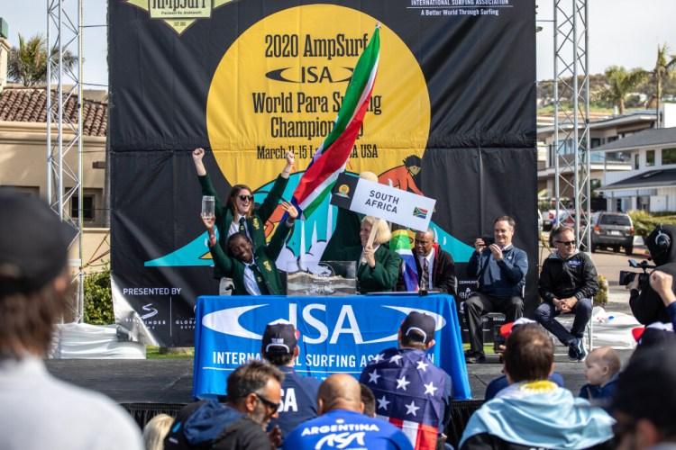 El Equipo de Sudáfrica participa en la Ceremonia de las Arenas del Mundo, haciendo notar su presencia con grandes porras de equipo. Foto: ISA / Pablo Jimenez