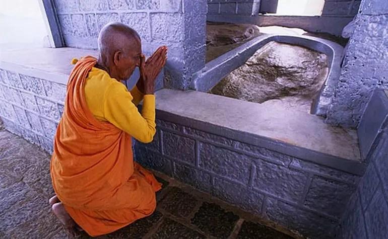 Ini di Puncak Sumana/Adam's Peak, tapi itu bukan bekas tapak kaki yang sebenarnya. Kabarnya, tapak kaki yang asli sudah dikubur. Foto: islamiclandmarks.com