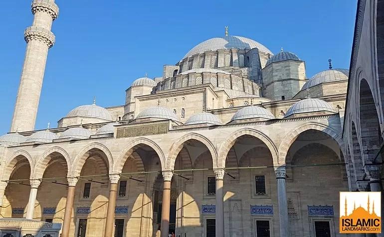 منظر لمسجد السليمانية من الفناء