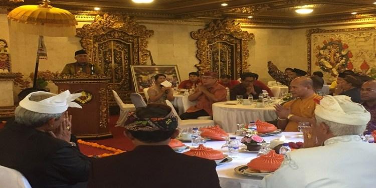 Utusan Khusus Presiden untuk Dialog dan Kerjasama Antar Agama dan Peradaban (UKP-DKAAP) Din Syamsuddin berdialog bersama 150-an tokoh lintas agama se-Bali di Puri Den Bencingah, Klungkung, Bali, (22/12) lalu. Foto; Rhio/Islampos