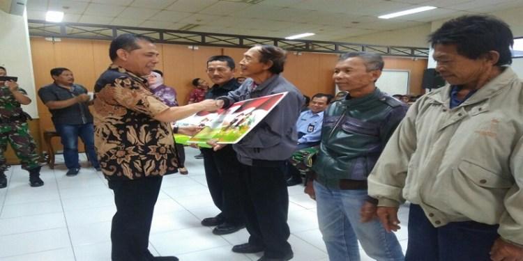 Walikota Cimahi Ajay M Priatna menyerahkan secara simbolis 657 kartu tani. Foto: Saifal.