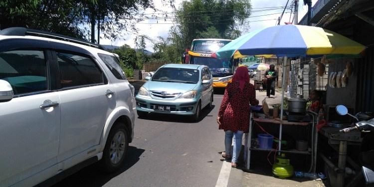 Seorang pedagang menjajakan dagangannya di Lembang, Bandung Barat. Foto: Saifal.