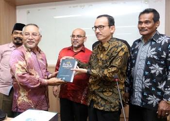 Penyerahan cenderamata dari Wakil Rektor UIN, Dr Muhibbuthabry, M.Ag kepada perwakilan rombongan dari Malaysia. Foto: Istimewa.