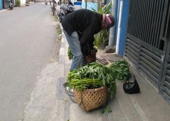 Abah Ato pedagang sayur keliling di Cimahi. Foto: Saifal/Islampos