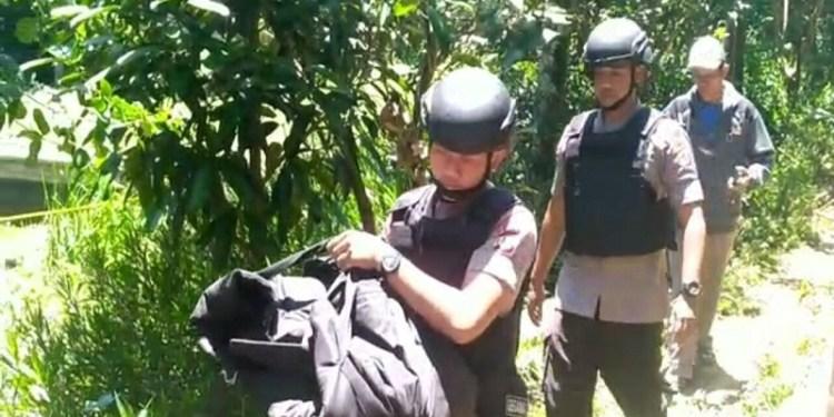 Tim Gegana Brimob Jabar amankan sebuah benda yang diduga mortir di Lembang, Bandung Barat, Selasa (6/2/2018). Foto: Saifal/Islampos