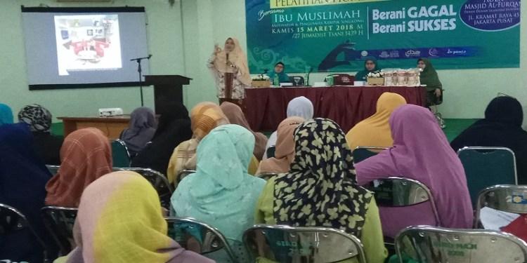 Muslimat Dewan Dakwah gelar Pelatihan Home Industri dan Motivasi  bagi ibu-ibu muslimah di Aula Masjid Al-Furqan, Jakarta (Kamis, 15/3).  Foto: Istimewa.