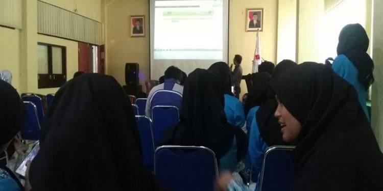 Himpunan Mahasiswa Kesehatan Politeknik TEDC Bandung, menggelar penyuluhan kesehatan penyakit menular seksual di Aula Kampus Politeknik, Kamis, (22/3/18). Foto: Saifal/Islampos