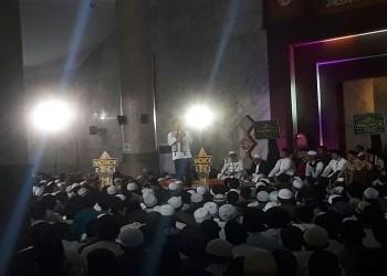 Abdul Somad memberikan tausiah di Mesjid Al-Fathu Komplek Pemerintah Kabupaten Bandung, Sabtu, (31/3/2018). Foto: Saifal/Islampos.