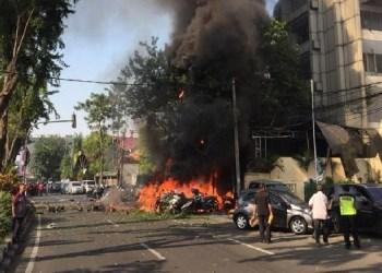 Api berkobar di GKI Surabaya yang diduga berasal dari ledakan bom. Foto: Tribun