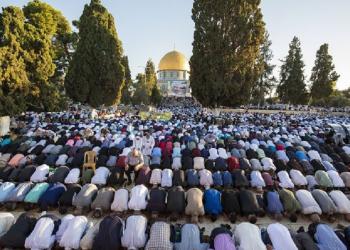Lebih dari 100 ribu Muslim Palestina menunaikan shalat Idul Fitri di Masjid Al-Aqsha, Jumat (15/6/2018). Foto: World Bulletin