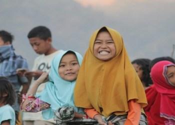 Anak-anak pengungsi di Sembalun, Lombok Timur, NTB, tengah bermain dengan cerianya. Foto: Hilman/INA