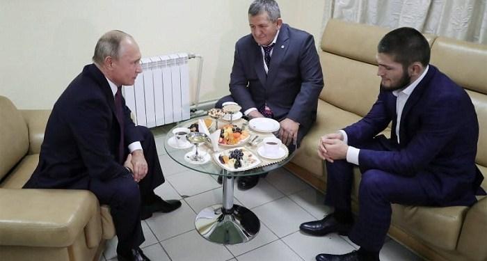Presiden Rusia Vladimir Putin bertemu dengan jawara dunia UFC kelas ringan Khabib Nurmagomedov beserta ayahnya –Abdumanap. Foto: Reuters/Sputnik
