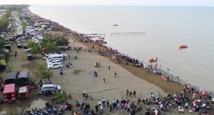 Pantai Tanjung Pakis, Pakis Jaya, Karawang, dipenuhi petugas SAR dan warga yang ingin menyaksikan evakusi pesawat Lion Air JT-610. Foto: Republika