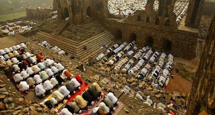 Umat muslim melaksanakan Sholat Idul Fitri di Masjid Babri, India yang dibakar dan dihancurkan pada 1992. Foto: Tirto