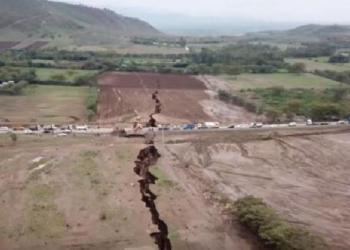 Sebuah retakan besar, yang membentang banyak mil, tiba-tiba muncul baru-baru ini di Kenya barat daya. Foto: Tempo/ YouTube / DailyNation