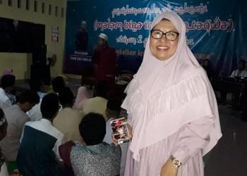 Foto: Drs. Hj. Encah Komariah, M.M., Kepala SMAN 2 Purwakarta