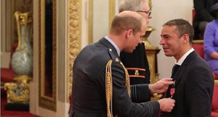Pangeran williams berikan penghargaan kepada dr. Malik Ramadhan. Foto: Instagram Kesington  Palace