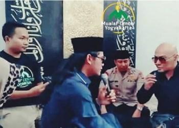 Deddy Corbuzier membaca dua kalimah syahadat dibimbing Gus miftah. foto: Instagram Mualaf Center yogyakarta