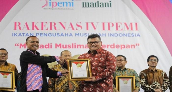 Direktur Utama Badan Amil Zakat Nasional (BAZNAS) RI M. Arifin Purwakananta menerima penghargaan TOP Eksekutif Muslim 2019. Foto:  Rhio/Islampos