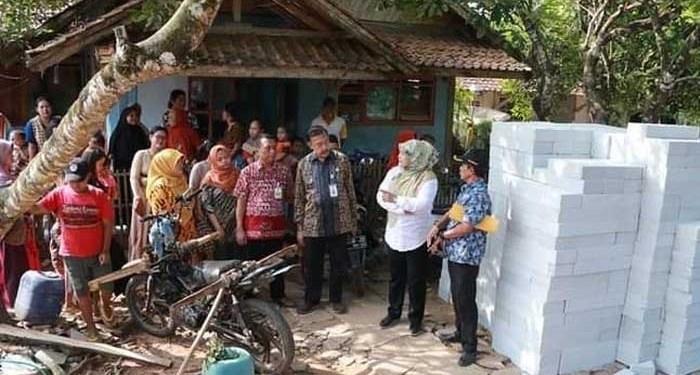 Bupati Pandeglang serahkan bantuan kepada guru yang tinggal satu atap dengan WC. Foto: Detik