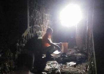 Polisi memeriksa salah satu lokasi pembuangan potongan tubuh korban mutilasi di Banyumas. Foto: Detik