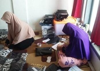 Proses Packing PO Kaos. Foto:  Aldi/Islampos