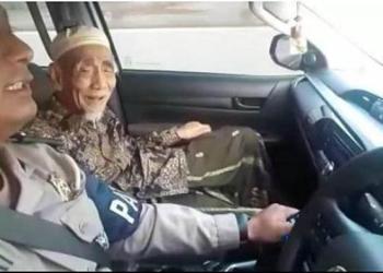 Kiai Haji Maimoen Zubair atau Mbah Maimoen mendadak enggan naik mobil pribadi dan memilih naik mobil Patroli dan Pengawalan (Patwal) Polisi. Foto: Liputan 6