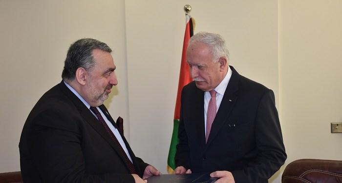 Menteri Luar Negeri Riyad Malki (kanan) menerima kredensial Mazen Khuffash, duta besar pertama Nikaragua untuk Palestina. Foto: Wafa