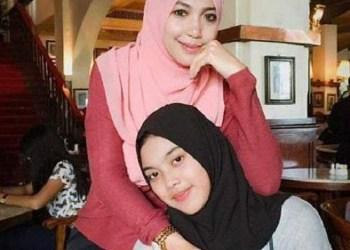 Aurellia Quratu Aini seorang paskibraka Tangerang Selatan yang akrab disapa Aurel (jilbab hitam) semasa hidupnya bersama ibunya bernama Sri Wahyuni. Foto: Tribun