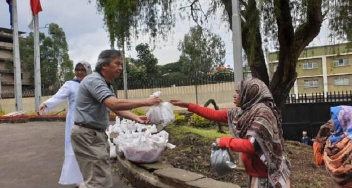 Duta Besar Republik Indonesia untuk Ethiopia, Djibouti dan Uni Afrika Al Busyra Basnur, ikut membagikan daging kurban kepada para warga miskin di Addis Ababa. Foto: KBRI