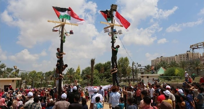 Panjat Pinang di Jalur Gaza. Foto: Viva