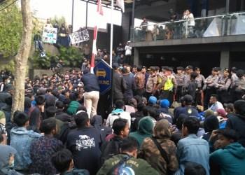 Ratusan suporetr Persib Bandung, Bobotoh melakukan aksi unjuk rassa di depan kantor manajemen persib bandung di Graha Persib jalan sulanjana Kota Bandung sabtu sore (10/8/19)). Foto: Saifal/Islampos
