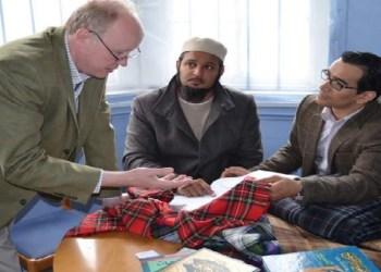Dr Azeem Ibrahim, Shaikh Amer Jamil dan Dr Nick Fiddes dari DC Dalgleish Tartan Designers and Mills, membahas desain Tartan Islam menggunakan metode tenun tradisional dengan dimensi teologis Islam. Foto: About Islam