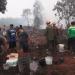 Warga berusaha mencegah kebakaran merambat ke pemukiman. Foto: Istimewa
