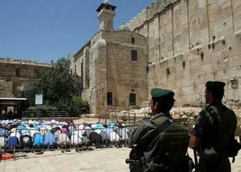 Pasukan Israel tengah menjaga ketat jemaah shalat. Foto: PIC