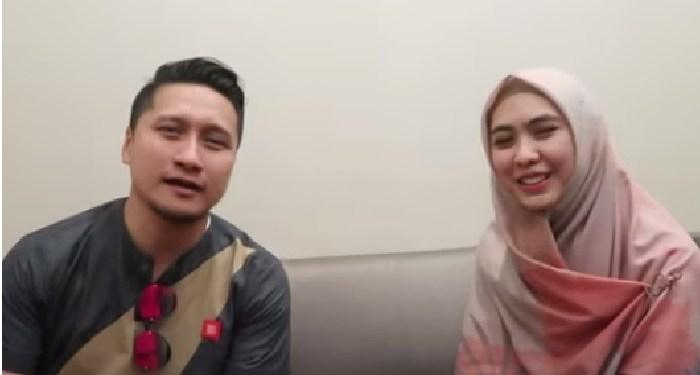 Arie Untung dan Oki setiana Dewi dalam sebuah video berjudul #QnAbersamaOSD - Sharing time bersama Mas Arie Untung. Foto: Chanel Youtube Oki Setiana Dewi
