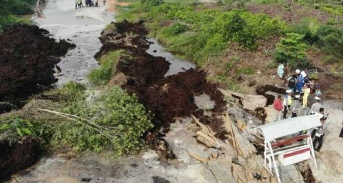 Sebuah mobil di Riau hilang ditelan bumi. Foto: Viva