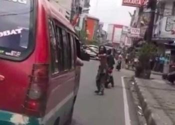 Aksi sang pria berusaha mengarahkan kendaraan lain agar memberi jalan untuk ambulans. Foto: Tangkapan layar Instagram
