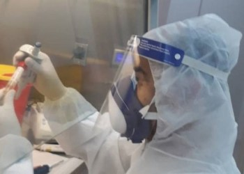 Laboratorium di Palestina memeriksa virus Corona. Foto: PIC