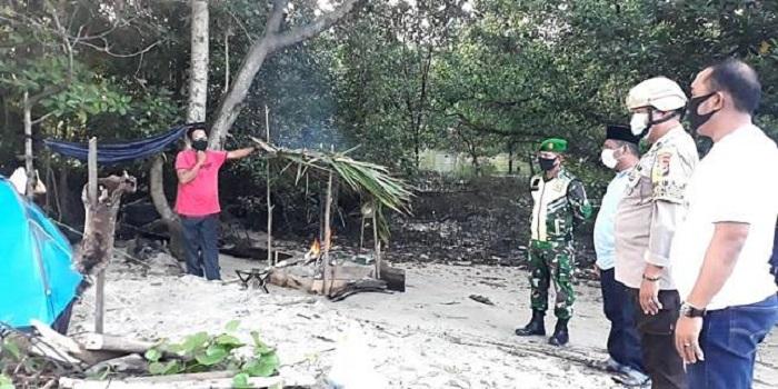 Muhammad Lala secara sukarela mengisolasi diri di hutan bakau untuk memutus mata ranti penyebaran Corona. Foto: Kompas