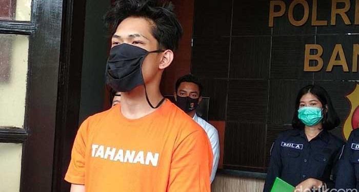 Ferdian Paleka mengenakan baju tahanan. Foto: Dony Indra Ramadhan/Detik