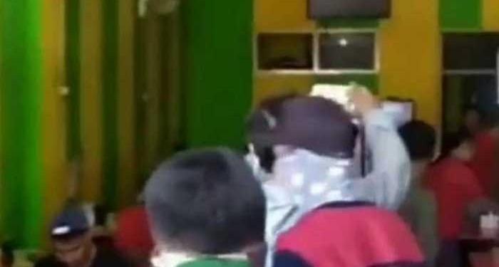 Sebuah warung coto di Makassar tertangkap basah petugas masih layani pengunjung makan di tempat. Foto: Suara.com