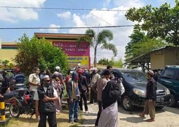 Suasana Klinik Bhakti Padma, Blora saat ratusan warga menjemput paksa pasien Covid-19. Foto: Liputan6