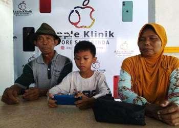 Viral seorang kakek pemulung belikan ponsel untuk cucu. Foto: Kompas