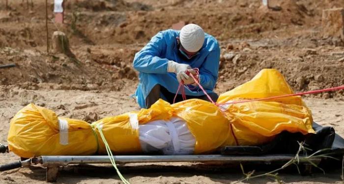 Pemuda makamkan ayahnya. Foto: Info sebenar