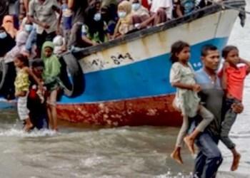 Warga Lancok saat mengevakuasi pengungsi Rohingya. Foto: Pikiran Rakyat