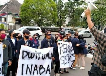 Puluhan mahasiswa Sekolah Tinggi Ilmu Ekonomi Indonesia Membangun (STIE INABA) mengadu ke DPRD Provinsi Jawa Barat. Foto: Saifal/Islampos
