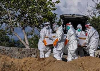 Pemakaman jenazah pasien COVID-19. Foto: ANTARAFOTO/BASRI MARZUKI